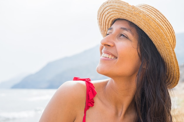 Jovem indiana sorrindo na praia