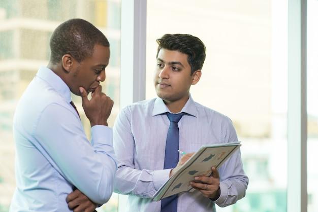Jovem, indianas, homem negócios, mostrando, seu, idéia, coworker