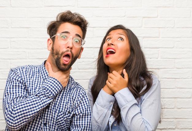 Jovem, indianas, mulher, e, homem caucasiano, par, preocupado, e, oprimido, ansioso, sentimento, pressão, conceito, de, angústia