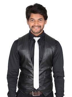 Jovem indiano asiático bonito com terno isolado no fundo branco