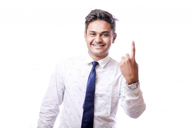 Jovem indiano bonito com camisa branca e gravata