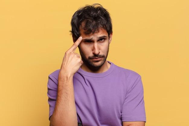 Jovem indiano bonito com expressão de medo e confusão