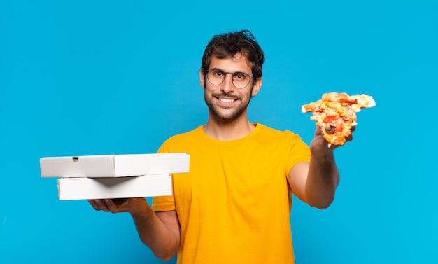 Jovem indiano bonito com expressão feliz e segurando pizzas para viagem