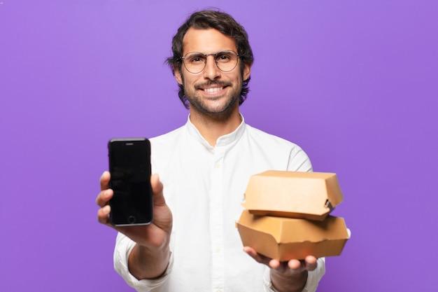 Jovem indiano bonito leva embora o conceito de fast food