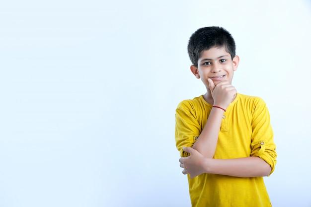Jovem indiano cortar retrato de menino