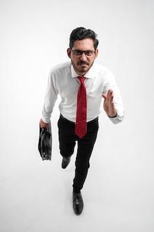 Jovem indiano de negócios se preparando para o sucesso