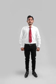 Jovem indiano de sucesso, empresário posando