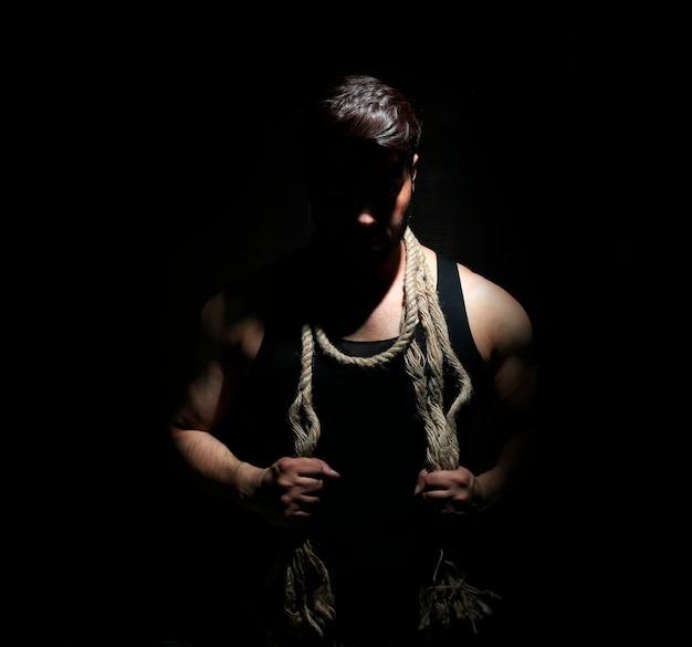 Jovem indiano desportivo com foto de corda de jovem com força de corpo musculoso e motivação