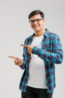 Jovem indiano mostrando a direção com a mão