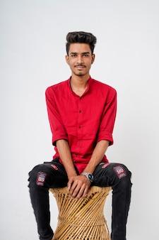 Jovem indiano mostrando expressão