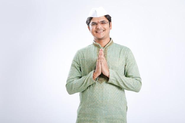 Jovem indiano no desgaste tradicional