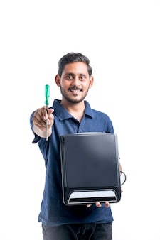 Jovem indiano que conserta utensílios eletrônicos de cozinha segurando ferramentas e um fogão elétrico