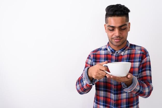 Jovem indiano vestindo uma camisa xadrez em branco