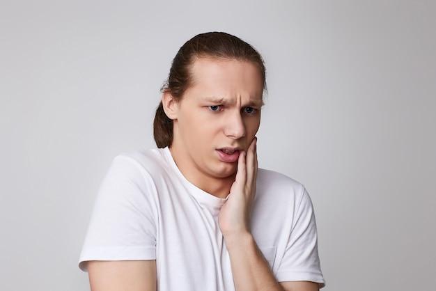 Jovem infeliz sentindo dor sofrendo de dor de dente ruim