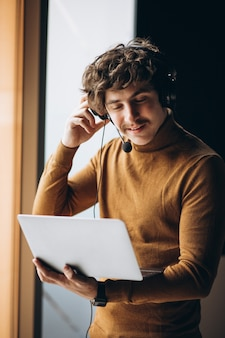 Jovem intérprete masculino trabalhando no laptop