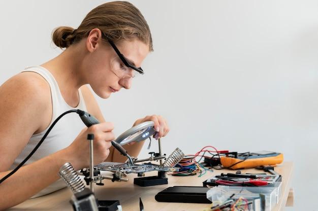 Jovem inventora criando em sua oficina