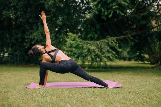 Jovem, iogue, atraente, mulher, prática, ioga, jardim