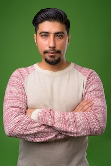 Jovem iraniano barbudo em verde