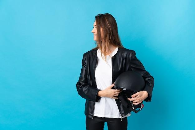 Jovem irlandesa segurando um capacete de motociclista isolado