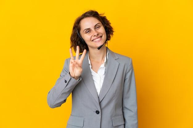 Jovem isolada feliz contando três com os dedos