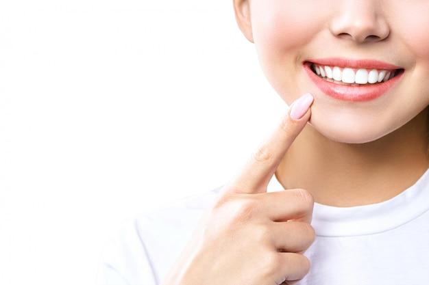 Jovem isolada no fundo branco, mostrando os dentes