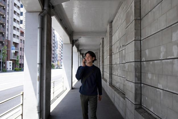 Jovem japonês ao ar livre