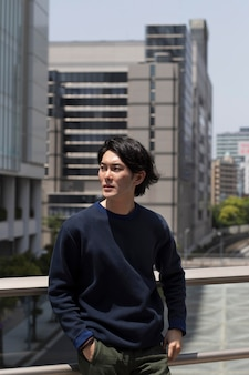 Jovem japonês com um suéter azul