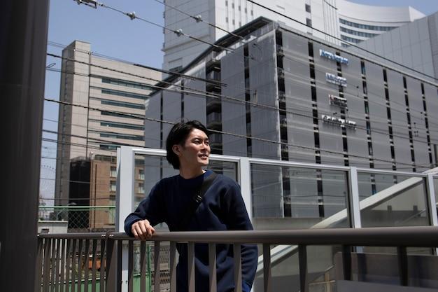 Jovem japonês passando tempo ao ar livre