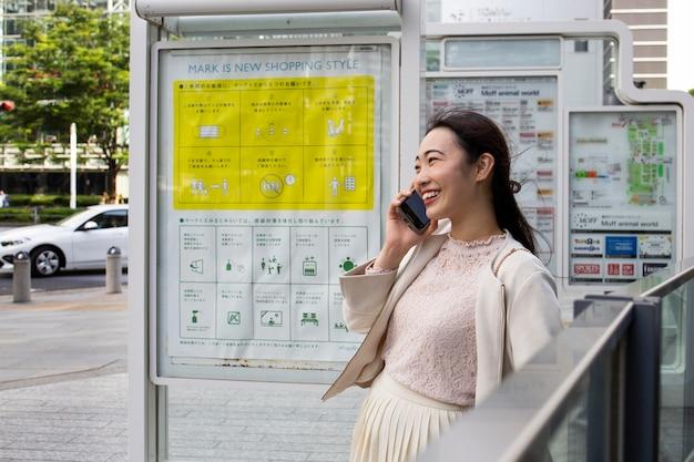 Jovem japonesa ao ar livre Foto gratuita