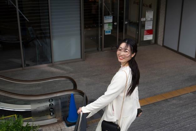 Jovem japonesa ao ar livre