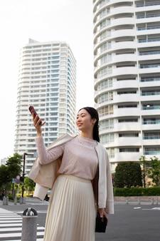 Jovem japonesa de saia branca ao ar livre