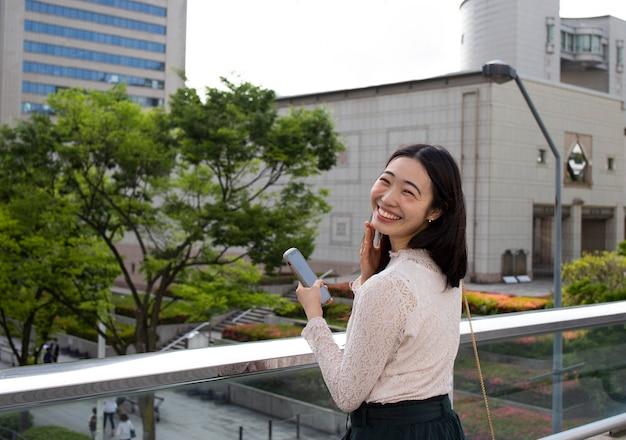 Jovem japonesa em um ambiente urbano