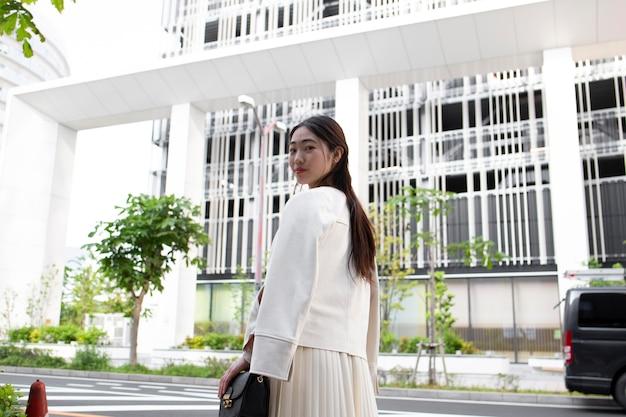 Jovem japonesa na cidade