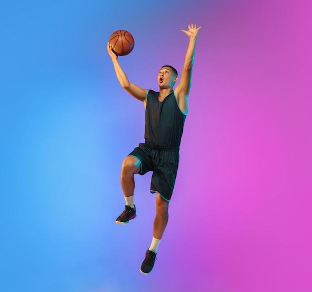 Jovem jogador de basquete em luz neon