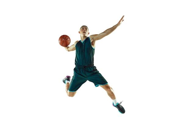 Jovem jogador de basquete treinando isolado