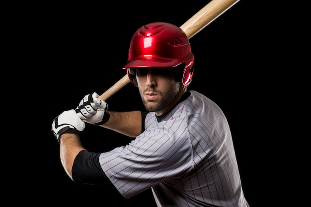 Jovem jogador de beisebol com um capacete vermelho