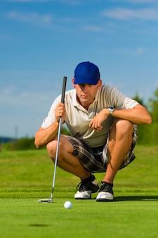 Jovem jogador de golfe no curso de colocação