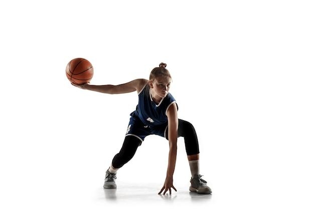 Jovem jogadora de basquete feminino caucasiano da equipe em ação, movimento em execução isolado no fundo branco.