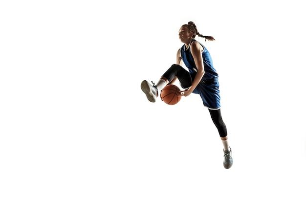 Jovem jogadora de basquete feminino caucasiano da equipe em ação, movimento em salto isolado no fundo branco.