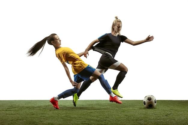 Jovem jogadora de futebol ou futebol americano com cabelo comprido em roupas esportivas e botas, chutando bola Foto Premium