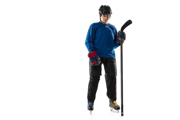 Jovem jogadora de hóquei com o taco na quadra de gelo