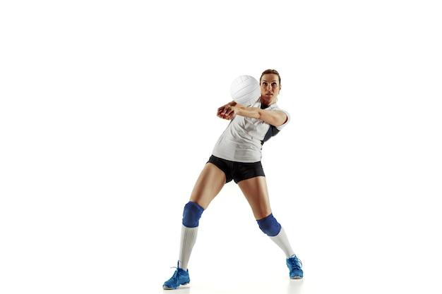 Jovem jogadora de voleibol isolada no fundo branco.