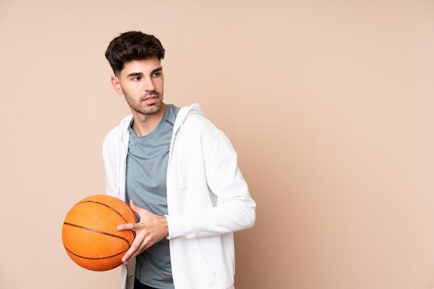Jovem jogando basquete