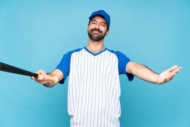 Jovem jogando beisebol apresentando e convidando para vir com a mão