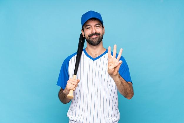 Jovem jogando beisebol feliz e contando três com os dedos