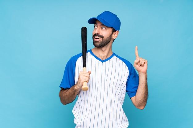 Jovem jogando beisebol pensando uma idéia apontando o dedo para cima