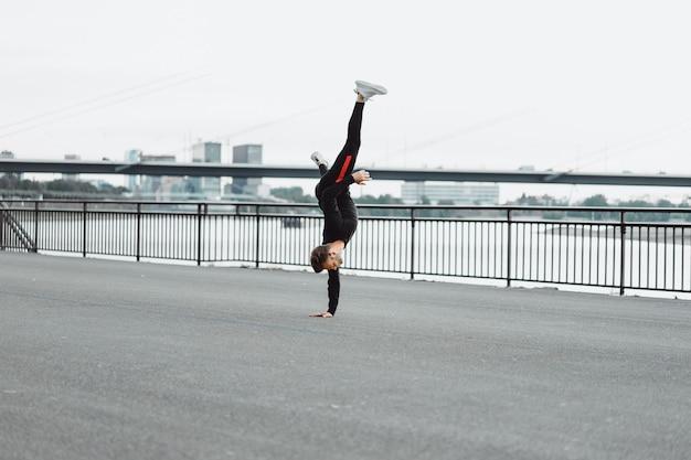 Jovem jogando esportes em uma cidade europeia. esportes em ambientes urbanos.