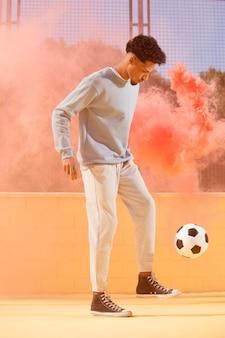 Jovem jogando futebol
