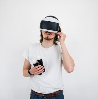 Jovem jogando um jogo de realidade virtual