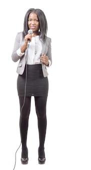 Jovem jornalista afro-americana com um microfone